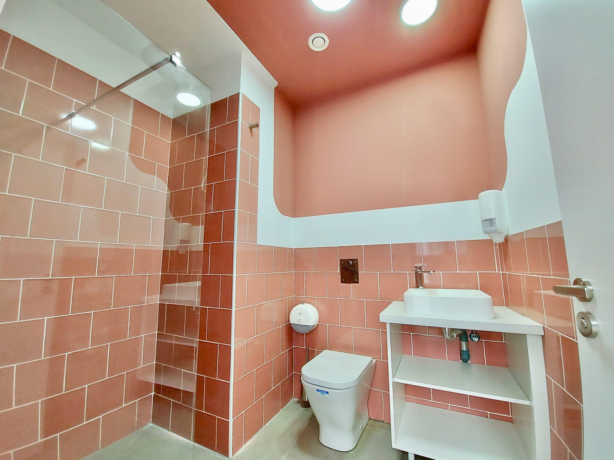 Toilet / Shower